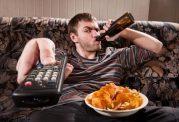 اگر هنگام تماشای تلوزیون غذا میخورید ، بخوانید