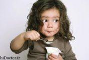 چه زمان و به چه میزان به کودک خود غذا بدهیم؟