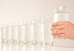 مصرف بیش از حد آب می تواند  برکلیه  بگذارد
