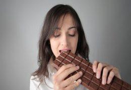 پلی فنول ها:  برای بیماری عروق محیطی شکلات تلخ مفید است