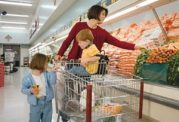 همراه با کودک به فروشگاه های مواد غذایی نروید