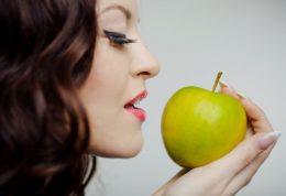 زنانی که سیب می خورند میل جنسی زیادی دارند