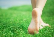 هر روز 60 دقیقه با پای برهنه راه بروید