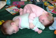 چطوری مشکلات  متداول نوزادان دوقلو را بدانیم