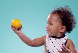 بلایی که با چشیدن لیمو سر بچه ها می آید