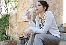 اینگونه خودتان را فریب دهید تا آب بیشتری بنوشید