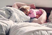 خطرات و مضرات خواباندن کودک در رختخواب والدین