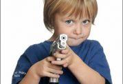 بازی اطفال با تفنگ اسباب بازی