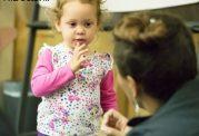 والدین کودکان کم شنوا بخوانند