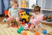 بازی کردن کودک با همسالان