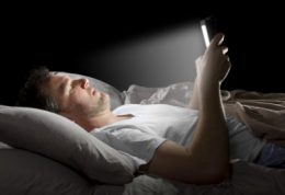 عوارض گوشی همراه در رختخواب