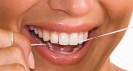 اهمیت نخ دندان در پیشگیری از بدبویی دهان