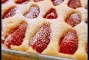 برش های کیک توت فرنگی