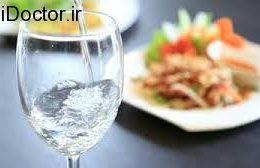 خطر زخم معده با نوشیدن آب در بین غذا
