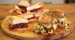ساندویچ مرغ خیس با پیاز کاراملی