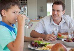 آیا نوشیدن آب همراه با مواد غذایی بد است