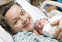 اهمیت آغوز دادن به نوزاد در ساعات اولیه