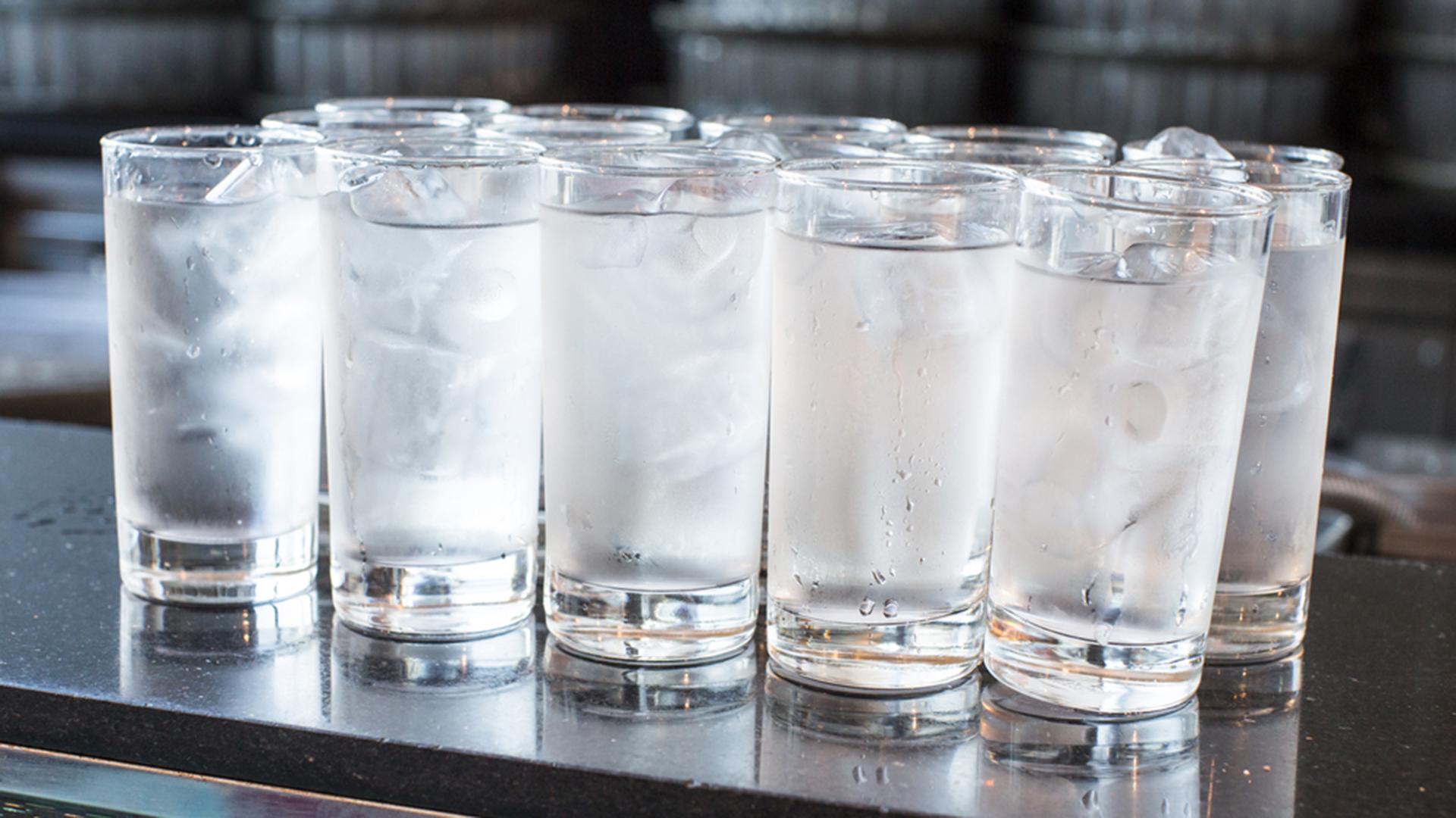 آشامیدن آب یخ چه بلایی بر سر شما میآورد؟