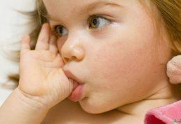 فواید و مزایای انگشت مکیدن کودک