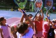 غلبه بر پوکی استخوان کودک با تنیس بازی