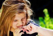 چرا کودکان و بزرگسالان ناخن میجوند؟
