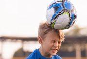 خطراتی که ضربه زدن با سر به توپ برای کودک شما دارد