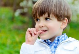 دلایل جویدن ناخن در کودکان