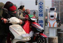 هشدار به عابران پیاده خاطی توسط ربات هوشمند