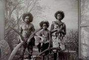 بومیان استرالیا همراه با حیوانات در باغ وحشی