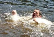 سقوط گردشگر در آبشار به خاطر اصرار به گرفتن عکس سلفی