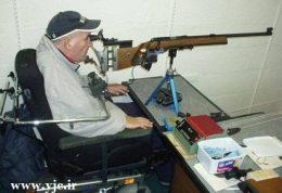 تیرانداز ماهر معلول که توسط زبان تیراندازی می کند