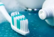 سفید شدن دندان با بخش خاکستری خمیردندان