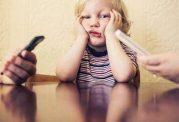 افراط استفاده والدین از موبایل به خانواده آسیب می رساند