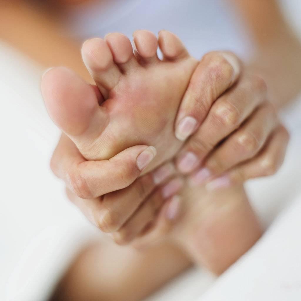 چگونه در خانه میخچه پا و پینه را درمان کنیم؟
