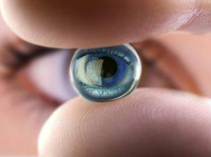 آموزش گذاشتن لنز در چشم