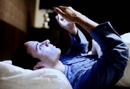 چگونه با استفاده از موبایل، دچار بی خوابی نشویم؟