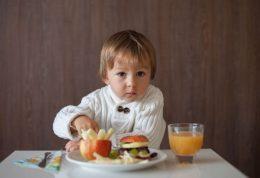 این مواد غذایی برای کودکان بیش فعال مفید است