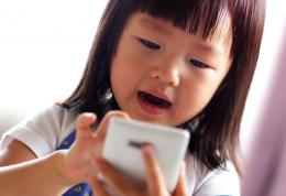 عوارض تلفن همراه برای رشد عاطفی اجتماعی کودکان