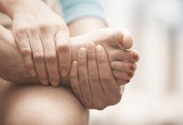 اقدامات ضروری در هنگام فرورفتن شیشه در پا و درمان خانگی آن