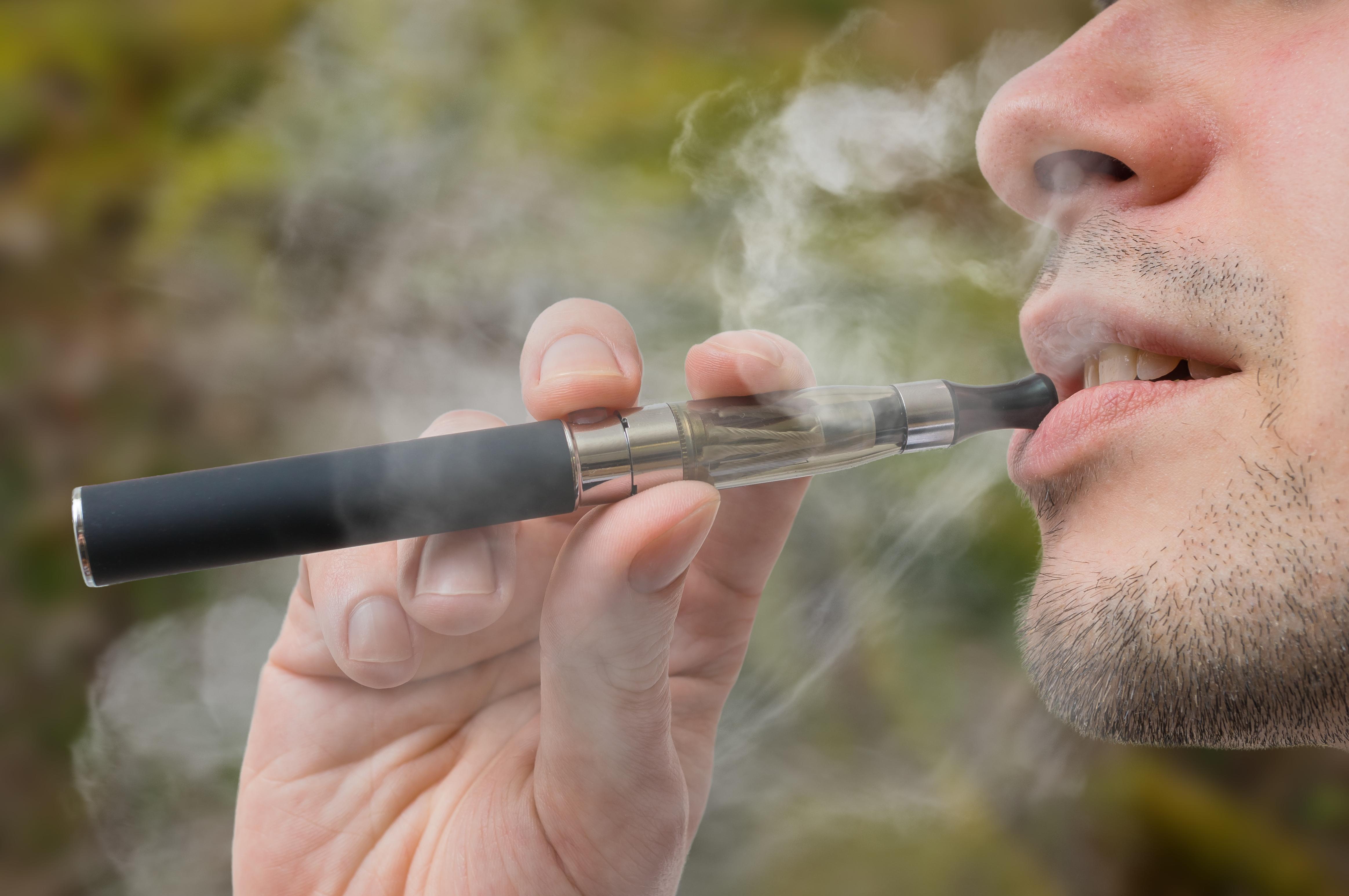 سیگارهای الکترونیکی باعث بروز مشکلات ریوی می شوند