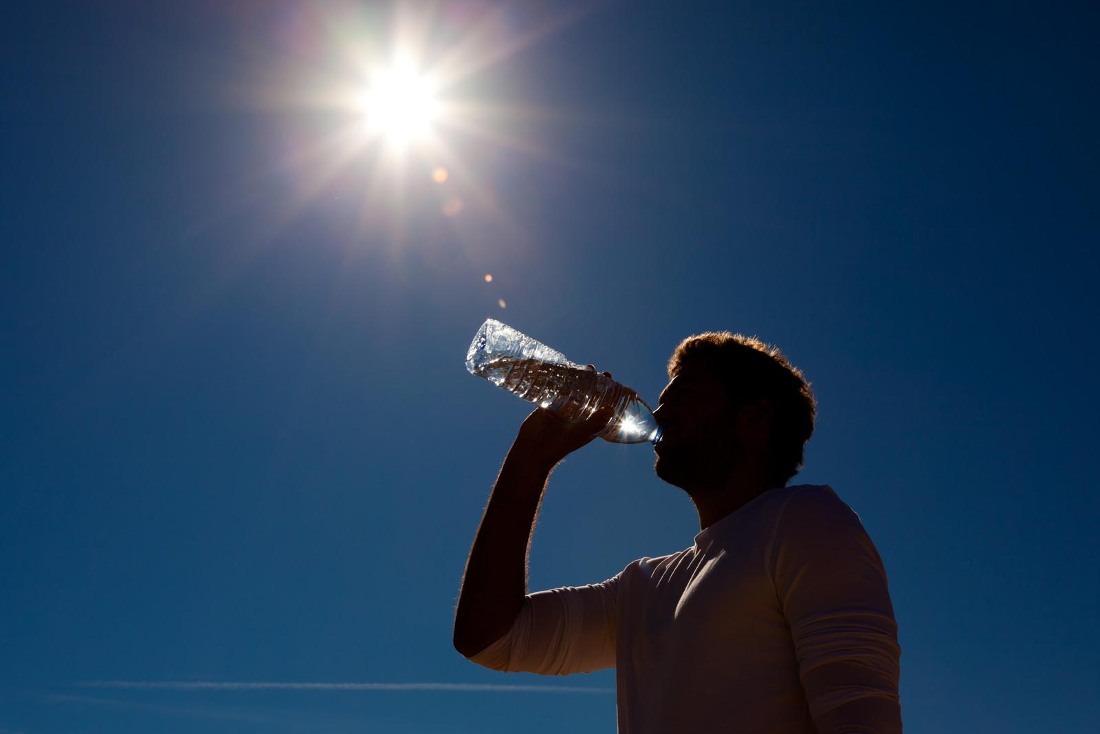 هر مرد و زن می بایست در طول روز چند لیوان آب بنوشد؟