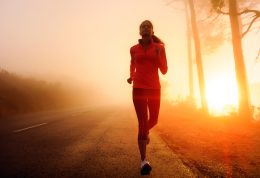 چرا در هنگام راه رفتن پا درد می گیرید؟ علل و روش درمان
