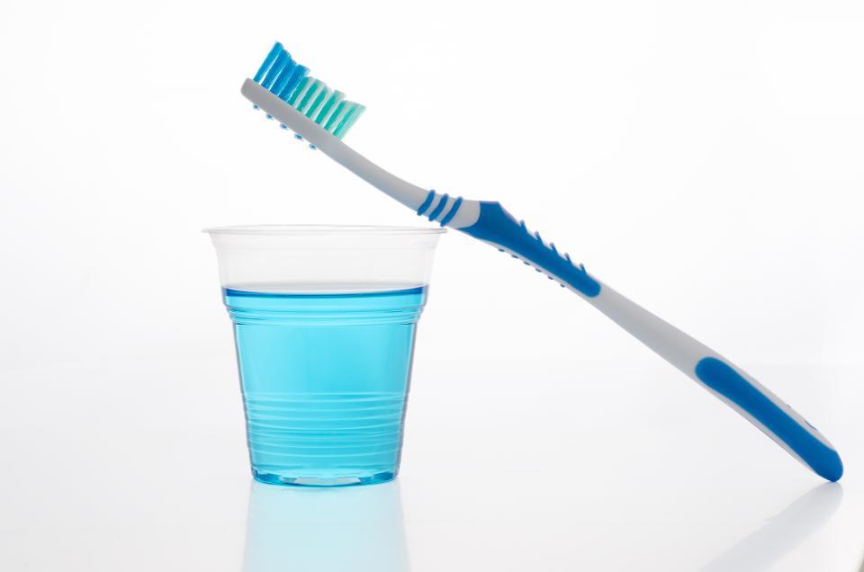 محلول های دهانشویه فواید استفاده از دهانشویه عوارض استفاده از دهانشویه دهانشویه بیماریهای لثه و دندان