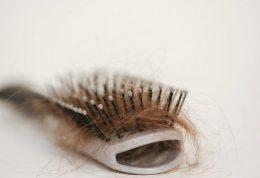 آلودگی ناشی از موهای ریخته شده درکف زمین خانه