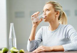 چه زمانی نوشیدن آب در کاهش وزن موثر است؟