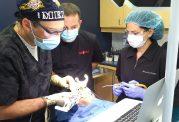 سیستم نویگیشن برای قرار دادن ايمپلنت دندانی بدون استفاده از دست دکتر ادیب