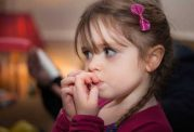 علت ناخن جویدن کودکان چیست و روش درمان آن