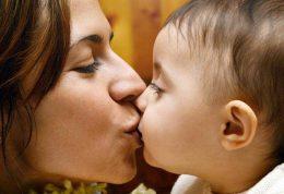 آیا بوسیدن لب کودکان ضرر دارد؟