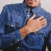 درد قفسه سینه به چه معناست+ 9 درمان طبیعی و پیشگیری
