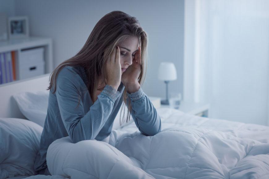 بی خوابی چیست؟ علل، علائم و راه های تشخیص و درمان
